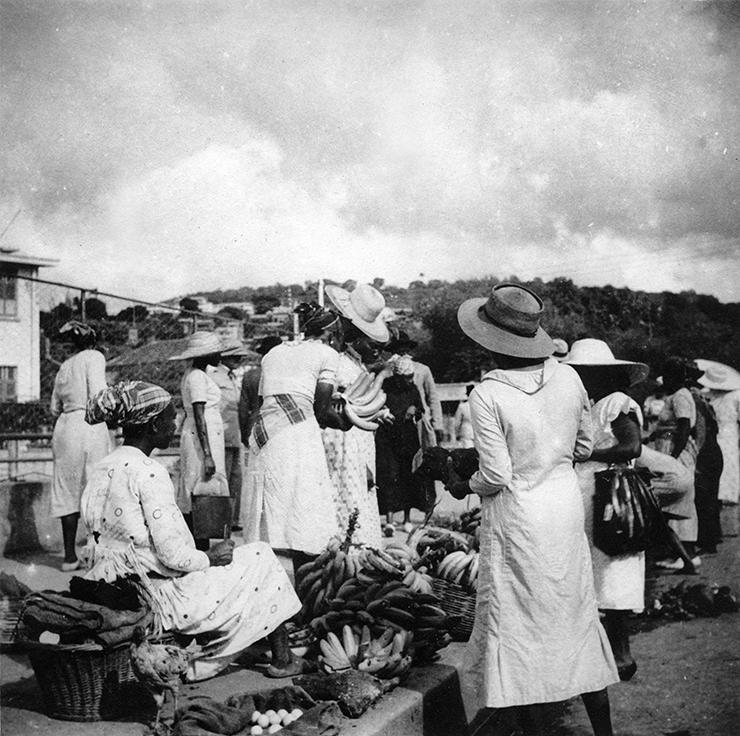 Vente de bananes sur un marché martiniquais, début XXe siècle. Fonds UGPBAN