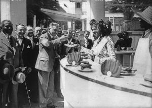 Délégation devant le stand de la Martinique lors de l' Exposition universelle 1937