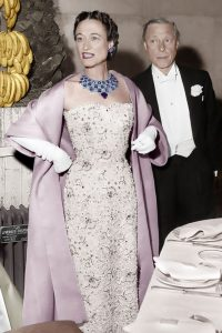La duchesse et le duc de Windsor devant un régime de bananes, au Bal de Gala à l'Orangerie du Château de Versailles en 1953. Crédits : AGIP/Rue des archives